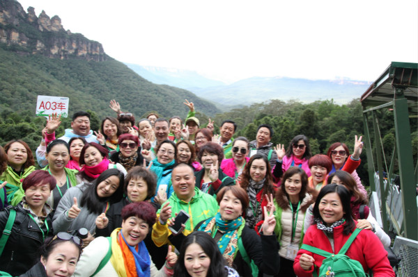3.在著名的藍山三姐妹峰前尚赫人留下了珍貴的瞬間_meitu_1.jpg