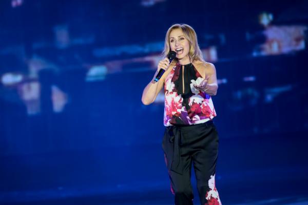 屡获殊荣的比利时歌手Lara Fabian周二于澳门巴黎人开幕庆典上表演,气氛热烈。_meitu_1.jpg