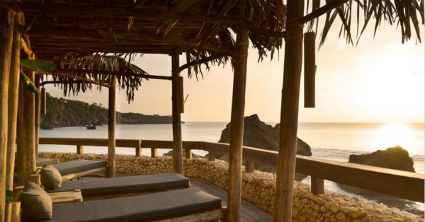 宾客们可以躺在沙滩床上欣赏夕阳绮景_meitu_1.jpg
