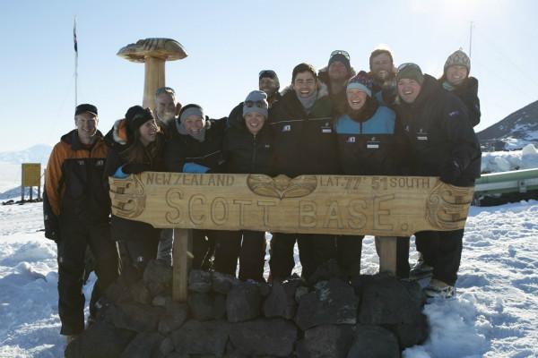 4. 阿德里安·格兰尼与南极洲斯科特基地的科学家们_meitu_1.jpg