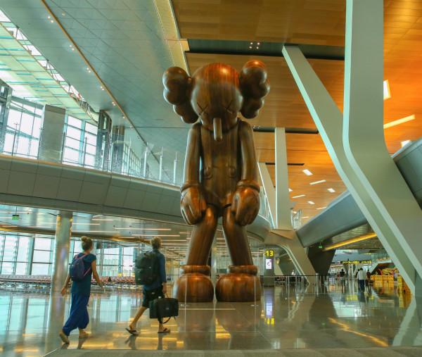 """哈马德国际机场与卡塔尔博物馆协会为卡伍斯的艺术作品""""Small Lie""""揭幕-1_meitu_1.jpg"""