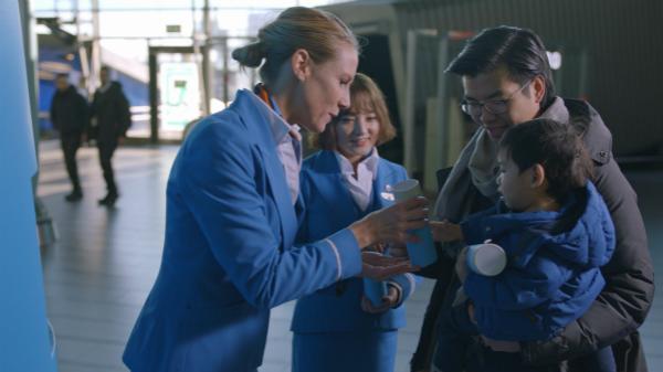 荷航在史基浦机场举行暖心杯派发推广活动_meitu_1.jpg
