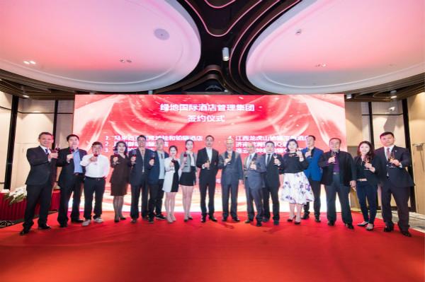 绿地国际酒店管理集团总经理李瑞忠先生(右七)与6家业主举杯共庆经营协议的签署_meitu_1.jpg