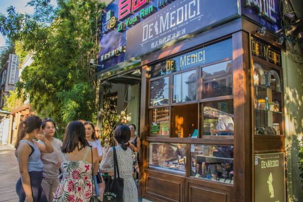 近日,全新开幕的高端意大利手工冰激凌品牌德美第奇 (De Medici) 首家门店翩然而至外滩景点,为来自五湖四海的游人食客打造原汁原味的意大利风情。_meitu_1.jpg