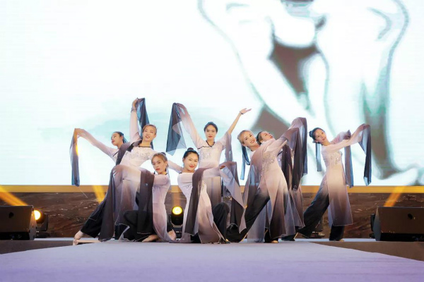一曲充满传统中国风情的墨舞_meitu_5.jpg