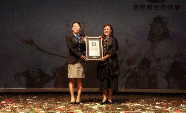 世界吉尼斯记录认证官熊文女士颁发吉尼斯纪录证书