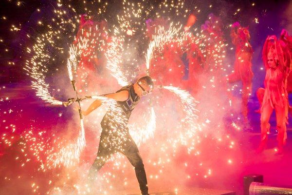 获奖无数的乌克兰《火舞》亮相广州长隆国际大马戏首个万圣周。