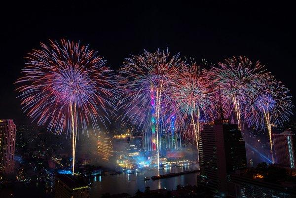 1400米长的新年烟花表演闪耀曼谷湄南河