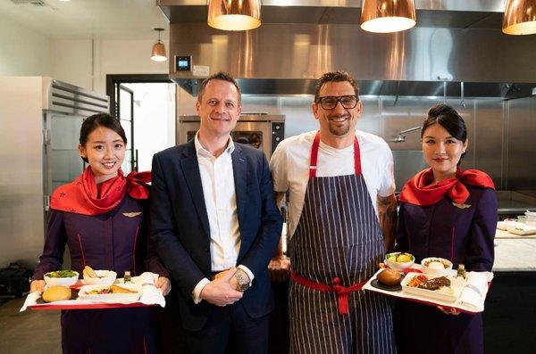 (左二起)香港航空服务总监Chris Birt先生 、主厨 Chris Cosentino