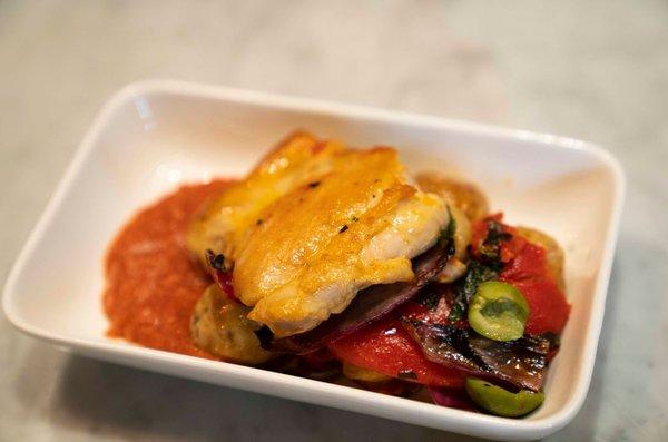 香辣葡式烤鸡配红甜椒、薯仔、意大利橄榄及奥勒冈香草