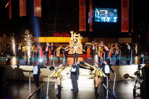 伦敦西区著名音乐剧演员丹尼尔寇克(Daniel Koek)周四在澳门金沙广场喷泉区 举行的澳门金沙开业十五周年志庆活动上进行表演。