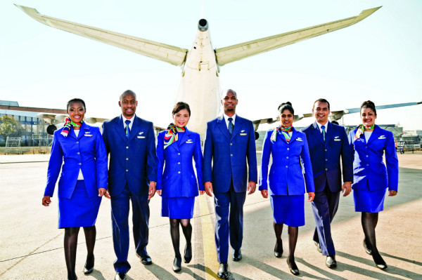 图1-南非航空(SAA)的空乘们给旅客提供优质服务_meitu_1.jpg
