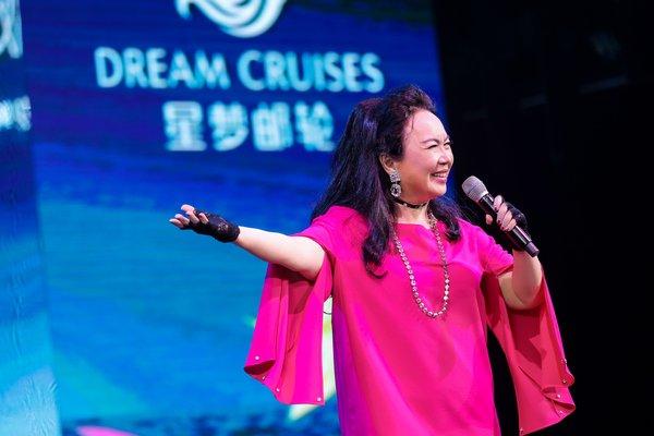 """首航仪式特别邀请金曲歌后苏芮倾情献唱""""跟着感觉走"""",带领旅客重温华语乐坛经典名曲,开启全新探索旅程。"""