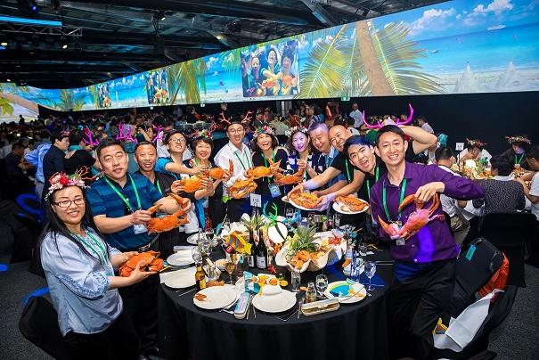 安利营销人员在澳大利亚装甲炮兵博物馆享用安利晚宴.jpg