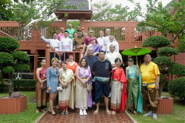 3.泰国会展局总裁Chiruit Isarangkan Na Ayuthaya先生与国际媒体团参观泰国传统村庄-big_meitu_3.jpg