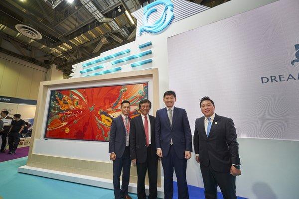 """左起: 新加坡旅游局局長陳建隆先生、丹斯里林國泰、徐芳達先生和林拱輝先生于""""環球夢號""""船身彩繪《海闊天空-夢無際》前合影"""
