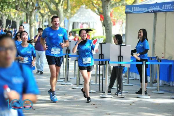荷航总裁兼CEO何强磊先生参加蓝色跑活动_meitu_2.jpg