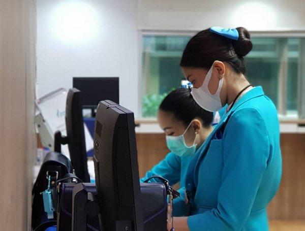 在机场地勤人员和空乘人员在值勤与服务时,必须佩戴防护口罩以及防护手套