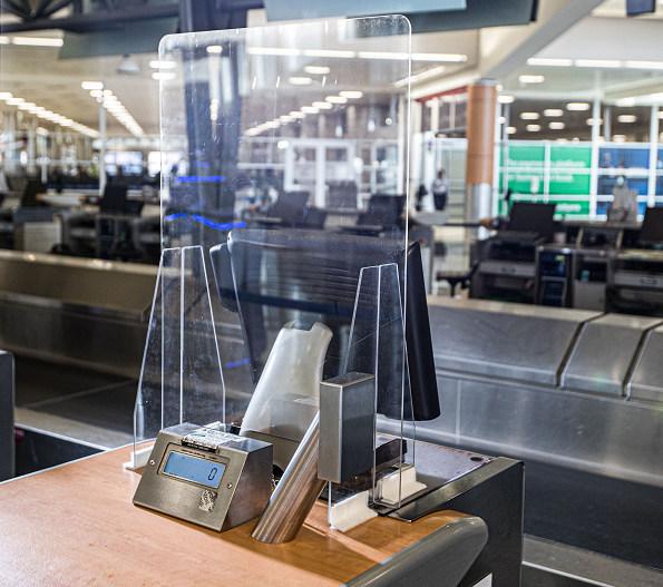 配图-达美航空设计定制机场柜台安全隔板,今夏将投入使用.jpg