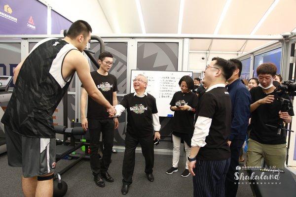 图为参观园内的上海久事男篮训练馆中