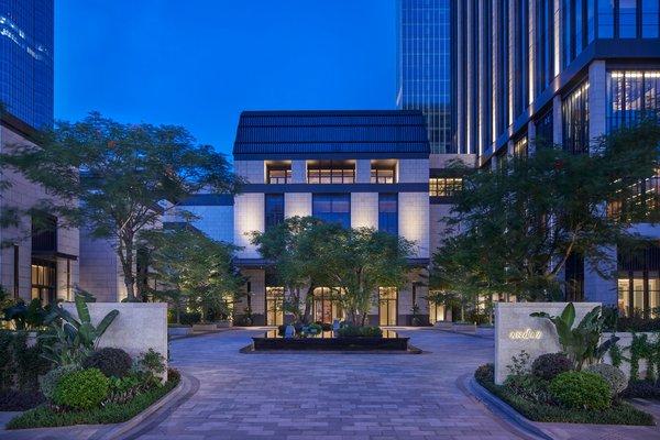 酒店入口被設計成一座氣派的大別墅,熱帶植物圍繞,與中央的水景相映成趣,歡迎賓客的到來