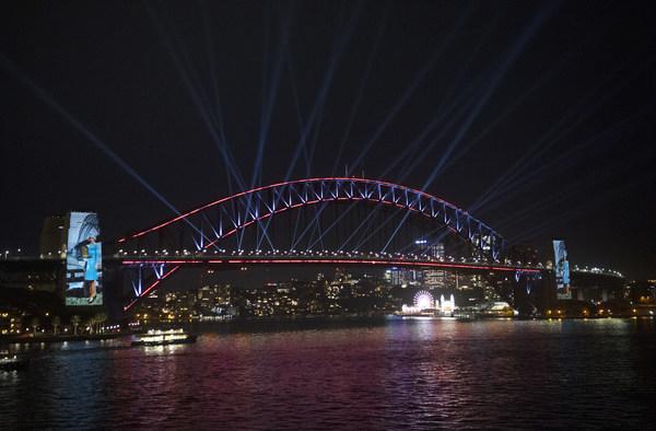 """为纪念澳航百年诞辰,悉尼举办了一场盛大的庆典,点亮悉尼海港大桥作为生日蛋糕,一架澳航787飞机在低空飞越吹灭""""蜡烛""""。此次活动由新南威尔士州旅游局实行,是澳航80多年的故乡悉尼对澳航的致敬。"""