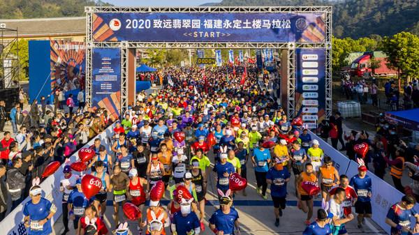 3500名参加马拉松、半程马拉松、土楼风情跑的选手开始奔跑