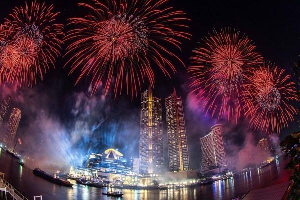 泰国2021年倒计时新年庆典活动在暹罗天地举行,2.5万个环保烟花点亮1.4公里的湄南河岸