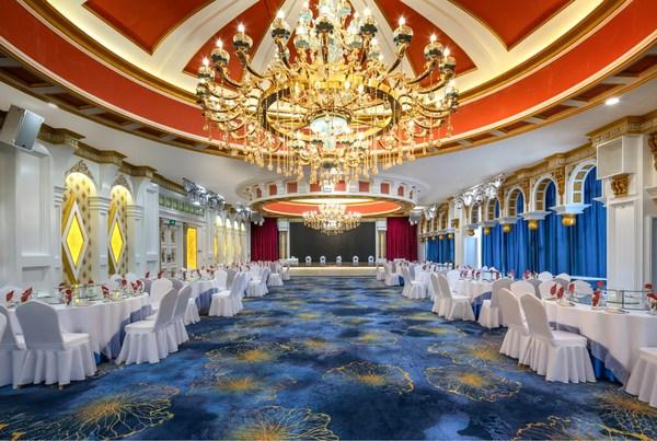 库尔勒万达锦华的宴会厅设计以丝路文化为主题,集合胡杨林落叶、库尔勒香梨等极具本地特色的具象性元素,让客人感受西域文化。