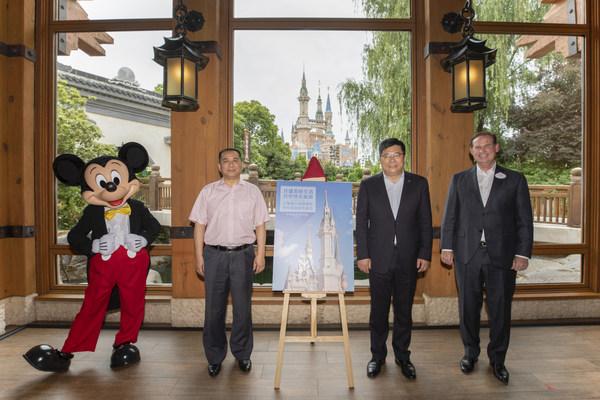 从右至左:上海迪士尼度假区总裁及总经理薛逸骏(Joe Schott)、中国旅游研究院院长戴斌、上海市文化和旅游局二级巡视员邹波