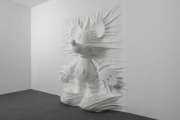 纽约当代艺术家丹尼尔·阿尔轩(Daniel Arsham)创作的《隐藏的米奇》(Hiding Mickey)