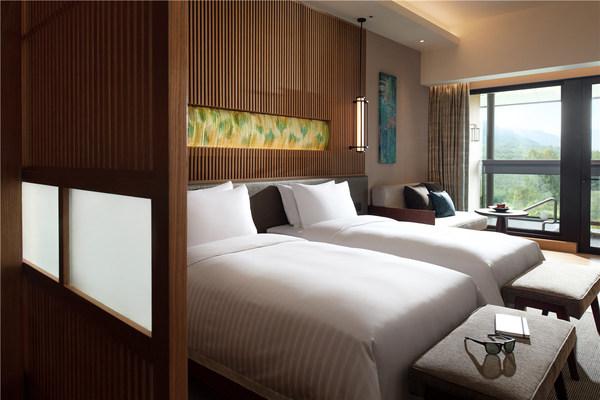 清远芊丽酒店客房  眠 / 居 | 回归自然,重归静谧 217间豪华客房揉合日式风格与山水自然元素,精巧细节营造素雅意境