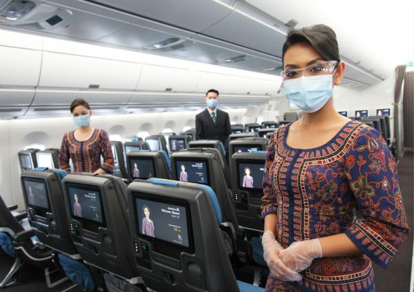 佩戴口罩和护目镜的新航机组人员_meitu_1.jpg