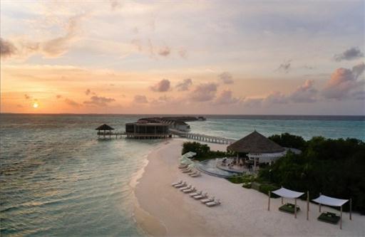 从左到右:Riviera 酒吧、水上泳池别墅、夕阳下的马尔代夫艾美水疗度假酒店_副本.jpg