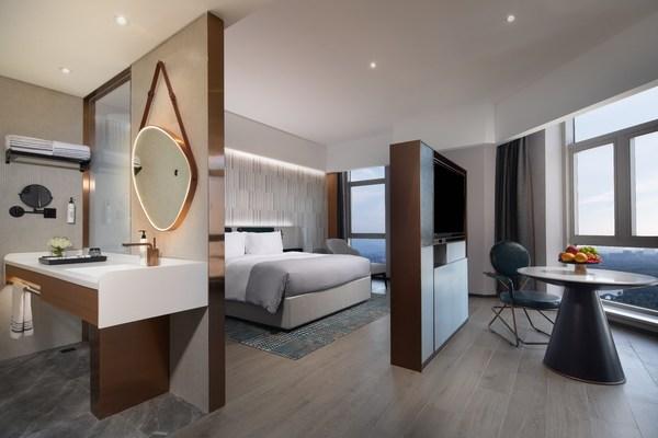 万达美华全新商务版客房的设计从飞机舱汲取灵感,客房空间沉稳大气又不失精致时尚。