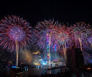 1,400米长的新年烟花表演闪耀曼谷湄南河