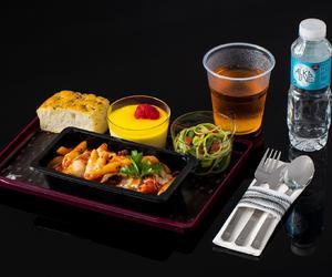 """卡塔尔航空推出全新经济舱机上餐食服务""""Quisine"""" 升级经济舱乘客的旅行体验"""