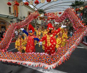 """新加坡圣淘沙名胜世界即将上演两场精彩绝伦的 舞龙表演,喜迎""""鼠你精彩""""春节特别活动"""